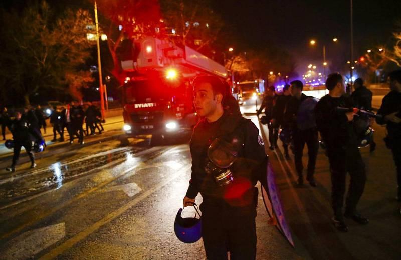 Los servicios de emergencia llegan a lugar de la explosión en Ankara.