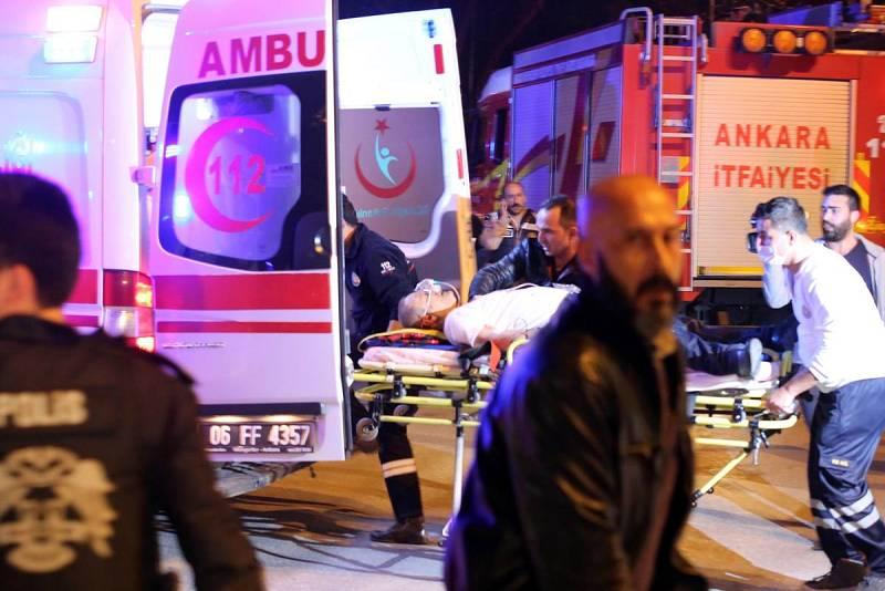 Uno de los heridos es evacuado en ambulancia tras el atentado de Ankara