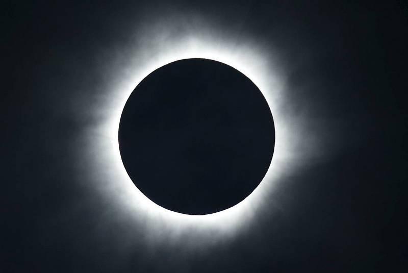 El fenómeno astronómico, en toda su plenitud, desde la isla de Ternate, en Indonesia.
