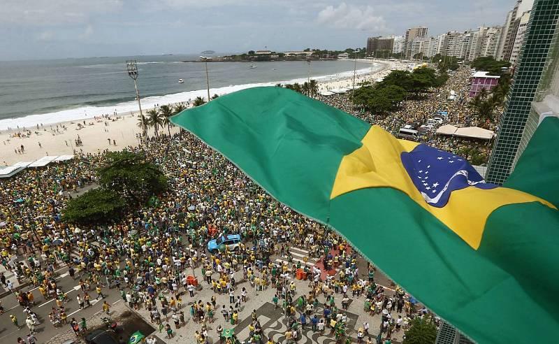 Multitudinaria manifestación contra Rousseff y Lula