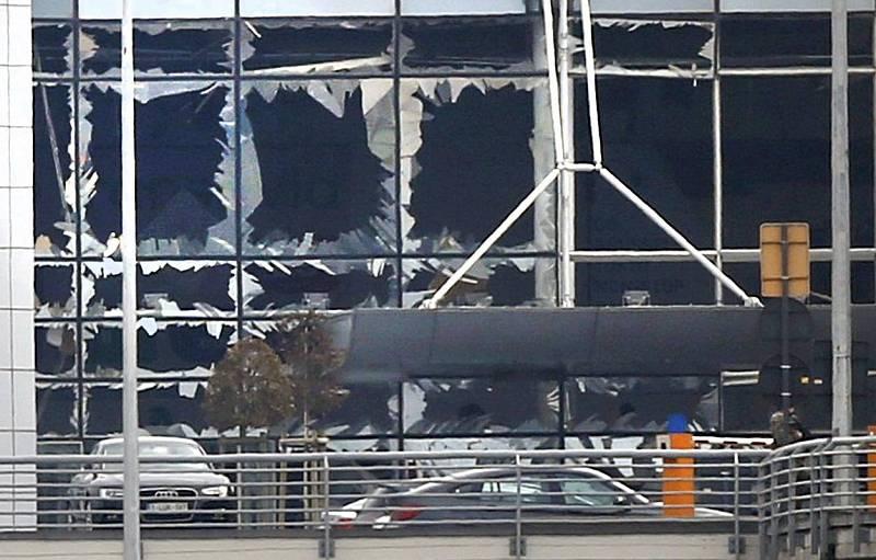 Ventanas rotas por la deflagración en el aeropuerto de Zaventem, en Bruselas