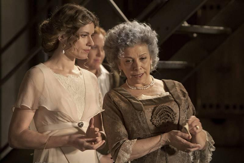 Dolores susurra algo a Blanca
