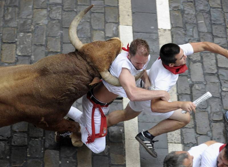 Un toro colorado ha adelantado a la manada en Santo Domingo en el séptimo encierro de San Fermín 2016
