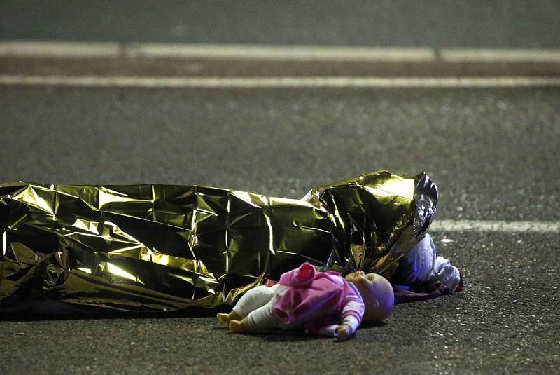 Un cuerpo tendido en el suelo con una muñeca al lado, tras el atentado terrorista en Niza