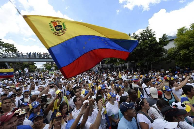 Miles de opositores inundan las calles de Caracas