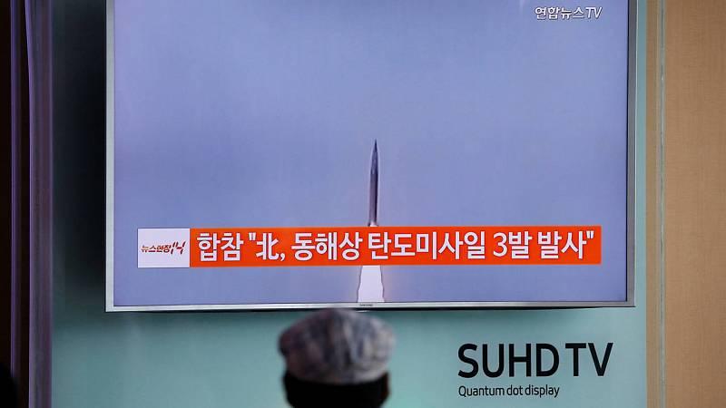 Un pasajero observa la retransmisión en la televisión surcoreana de la noticia del lanzamiento de tres misiles balísticos por parte de Corea del Norte. Los tres misiles han caído en el mar de su costa oriental.