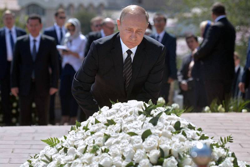 Putin presenta sus respetos ante la tumba del fallecido líder uzbeko