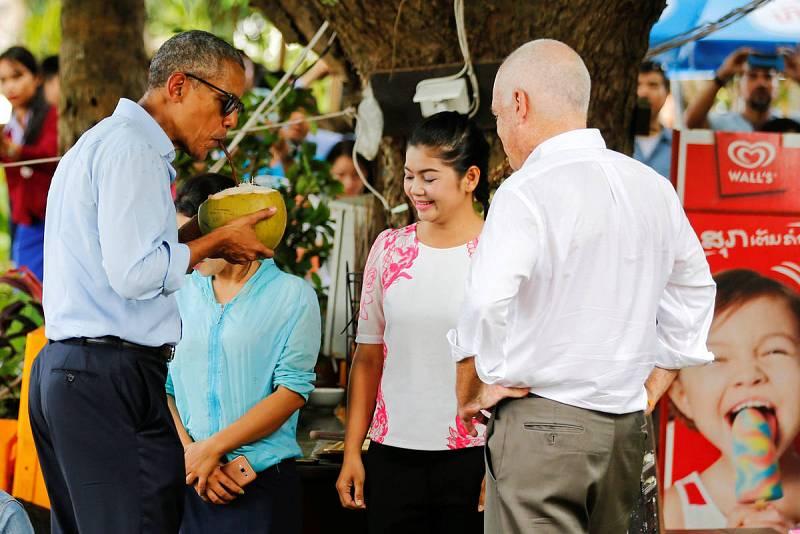 Obama bebe un agua de coco natural en la ciudad laosiana de Luang Prabang