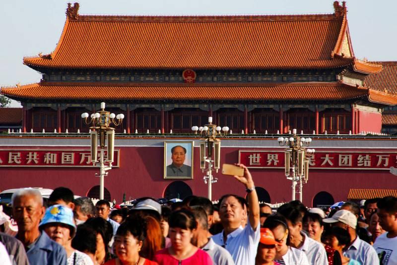 Una multitud hace cola para visitar el mausoleo de Mao Zedong en el 40 aniversario de su muerte.