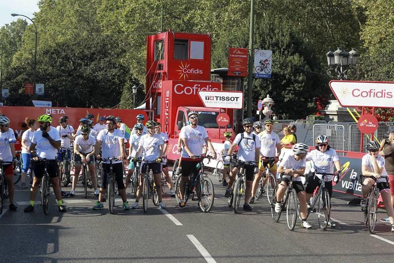Vista de la La Marcha de la Vuelta, una cita de carácter popular convocada por el Ayuntamiento de Madrid en la que los ciclistas aficionados han tenido la oportunidad de recorrer el circuito urbano por el que esta tarde pasarán los ciclistas profesio