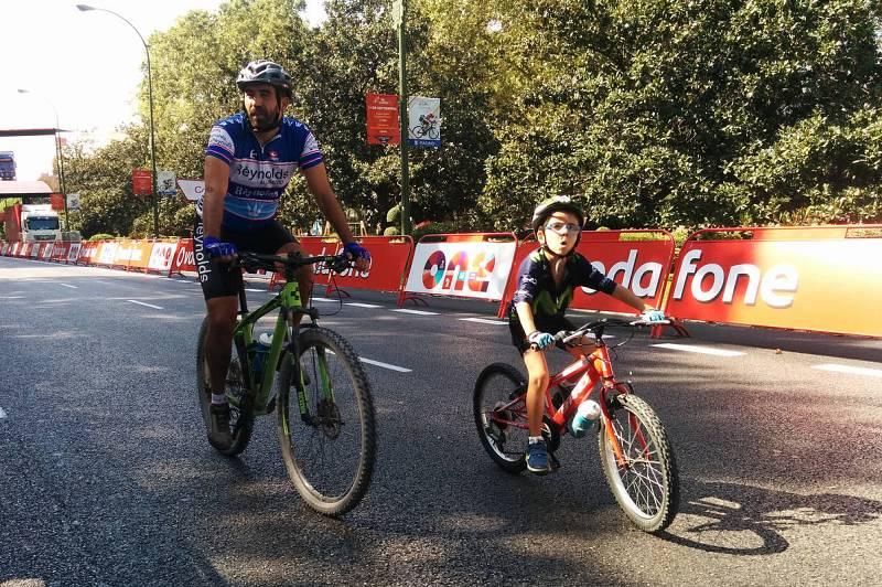 Padre e hijo recorren el circuito de la última etapa en las calles de Madrid.