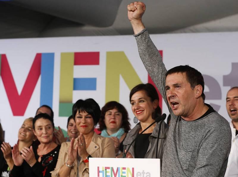 El dirigente de la izquierda abertzale, Arnaldo Otegi, y la candidata a lehendakari por EH Bildu, Laura Mintegi, celebran los resultados electorales de su formación e las elecciones vascas