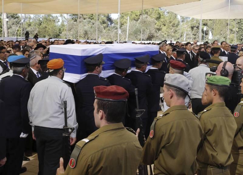 El féretro con los restos mortales del expresidente israelí es trasladado durante el funeral de Estado