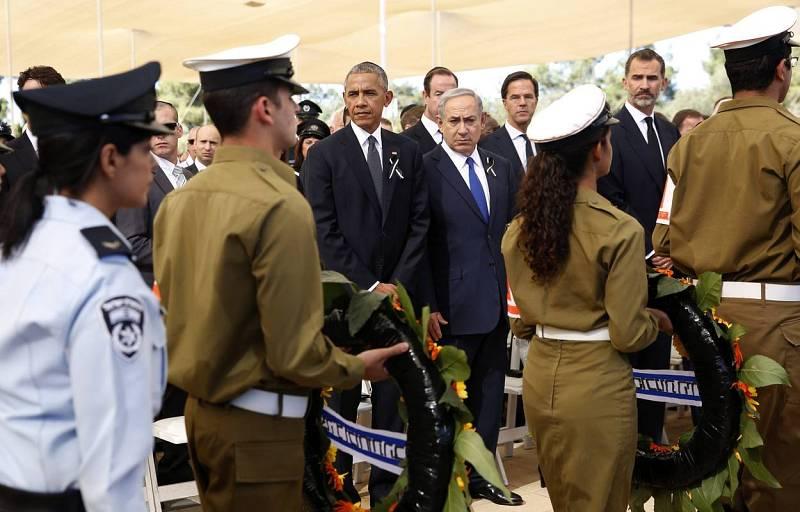 Obama, Netanyahu y el rey Felipe VI de España observan pasar a soldados israelíes con coronas de flores durante el funeral