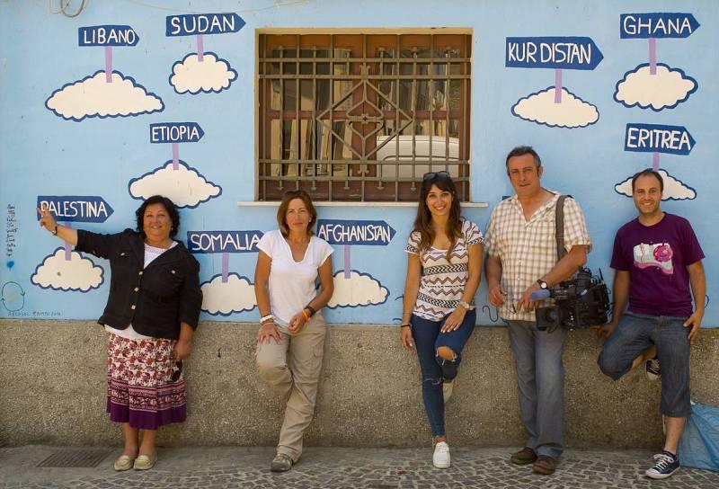 El equipo delante de la pared más famosa de Riace