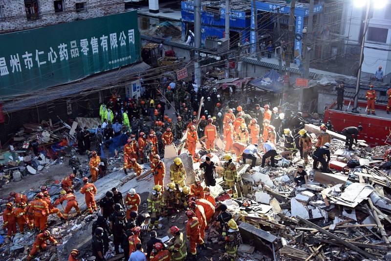 Los equipos de rescate buscan supervivientes entre los escombros de varios edificios de viviendas derrumbados en la ciudad china de Wenzhou.