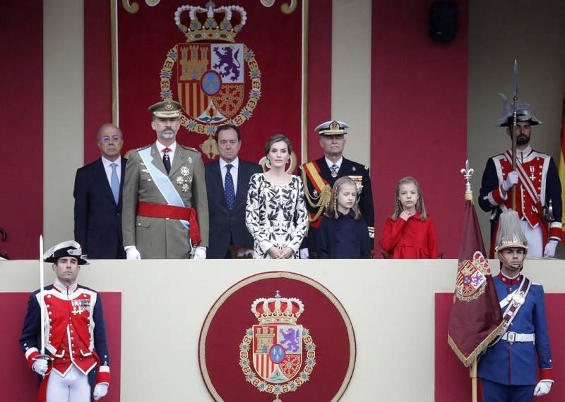 Los reyes, con sus hijas, presiden el desfile militar