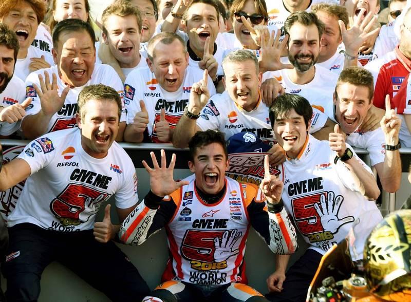Márquez celebra el título con su equipo