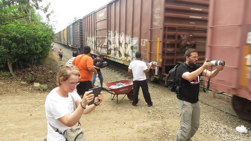 Teresa, Juan y Marcelo atentos con sus cámaras al paso del tren