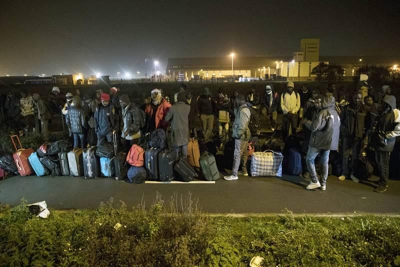 Decenas de personas hacen cola para ser evacuados del campamento de Calais, que se ha ido formando desde 2015 con sucesivas oleadas de refugiados que esperaban poder cruzar al Reino Unido. La mayoría provienen de Eritrea, Sudán y Afganistán.