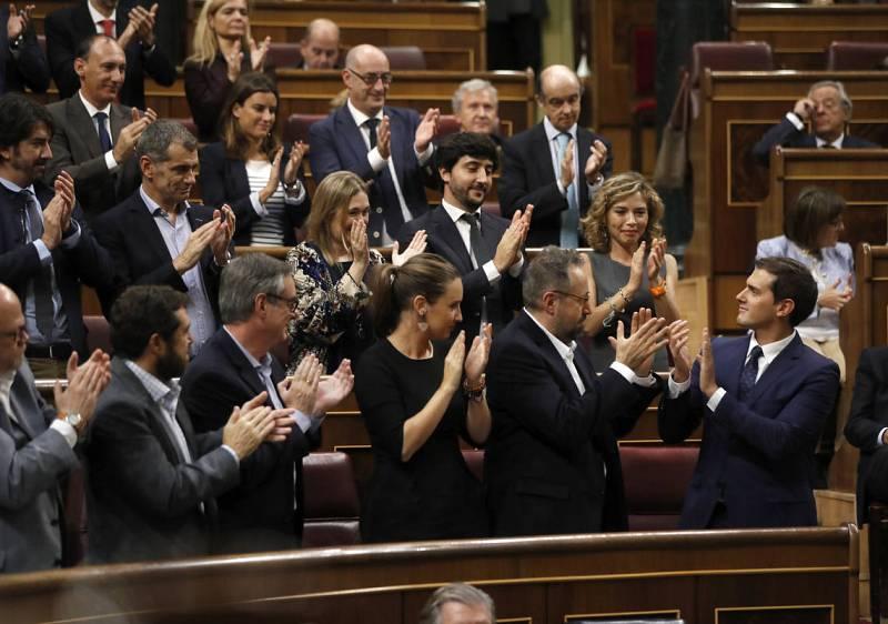 El presidente de Ciudadanos, Albert Rivera (d), es aplaudido por los diputados de su grupo tras su intervención.