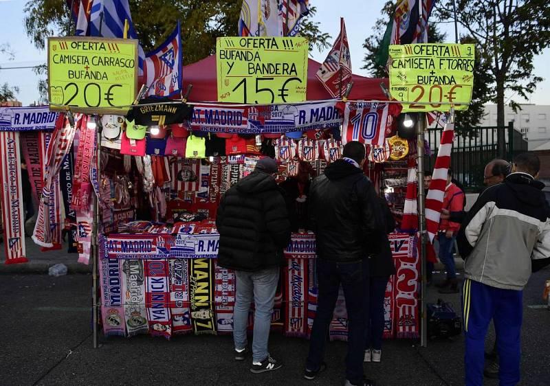 Tienda de bufandas, en los aledaños del Calderón.