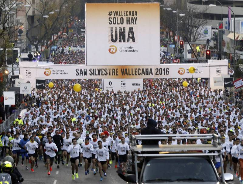 Vista general de la salida de los participantes en la carrera popular de la San Silvestre Vallecana.