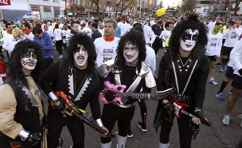 Participantes disfrazados poco antes de la salida de la carrera popular de la San Silvestre Vallecana.