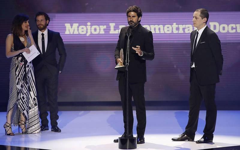 """El director de """"Nacido en Siria """" Zin Hernán (c) tras recibir el premio Forqué al mejor Largometraje Documental"""