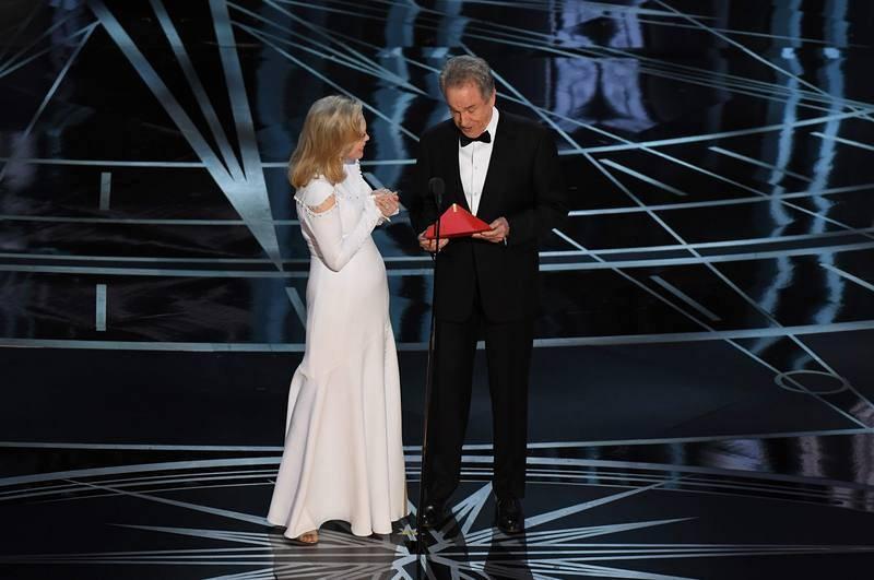 La actriz Faye Dunaway y el actor Warren Beatty se disponen a anunciar 'La la land' como Oscar a la mejor película