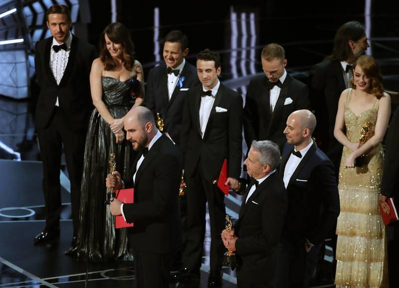 Fred Berger, Jordan Horowitz y Marc Platt agradecen el Oscar a la mejor película por 'La la land'