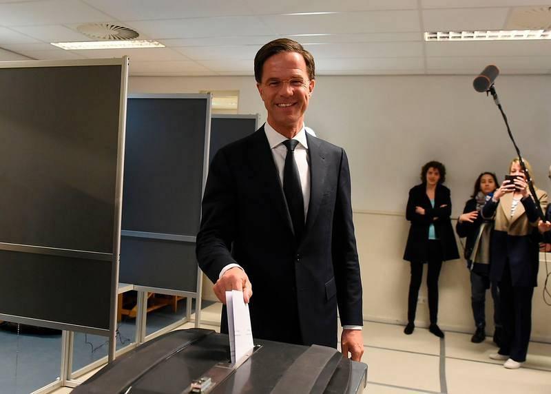 Resultado de imagen de Mark Rutte vota en las elecciones de holanda 2017