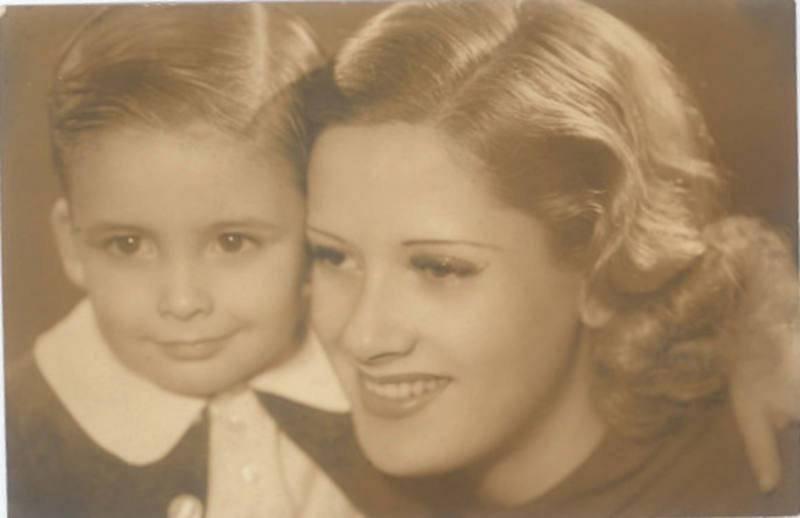El pequeño Chicho, junto a su madre, Pepita Serrador, en Buenos Aires en 1938