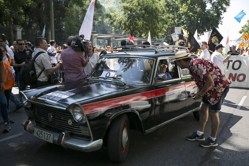 Un veterano taxista ha participado con el clásico Seat 1500 en la manifestación de miles de trabajadores del sector procedentes de toda España
