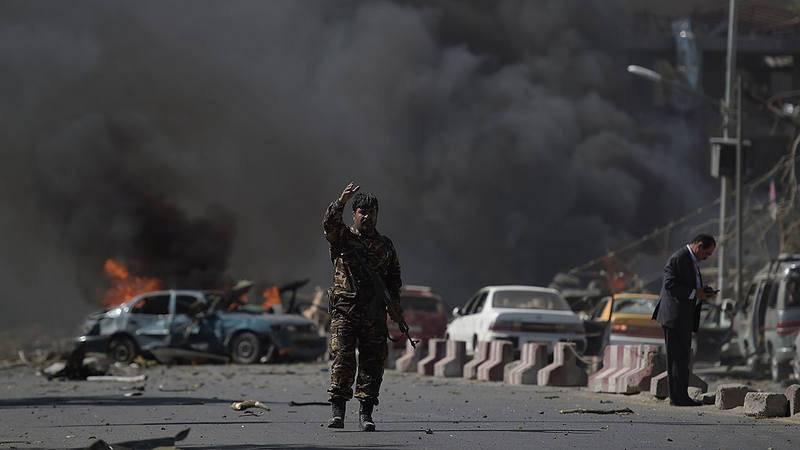 Fuerzas de seguridad afganas en el lugar del atentado en Kabul