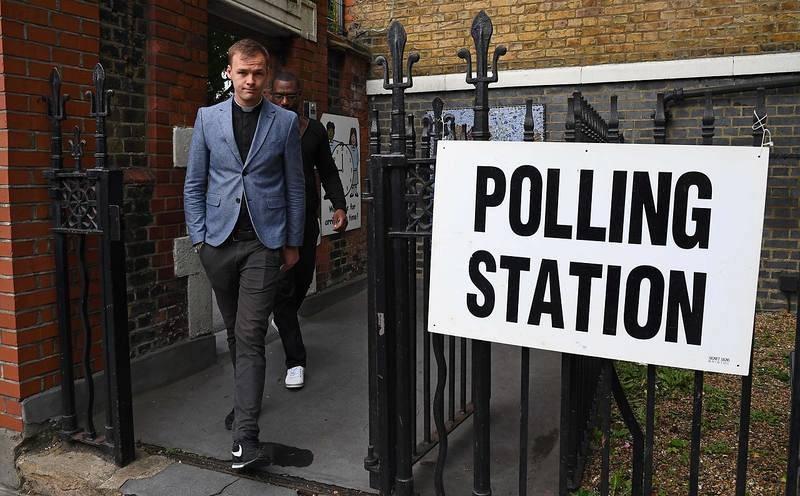 Un vicario deja un colegio electoral tras votar en Londres
