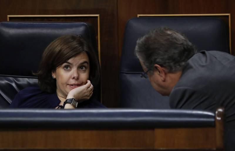 Sáenz de Santamaría conversa con el ministro del Interior