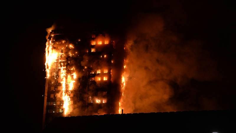 Las llamas envuelven la Torre Grenfell durante la noche, en esta imagen facilitada por un vecino de la zona de Kensington.