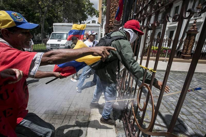 Simpatizantes chavistas en los alrededores de la Asamblea Nacional