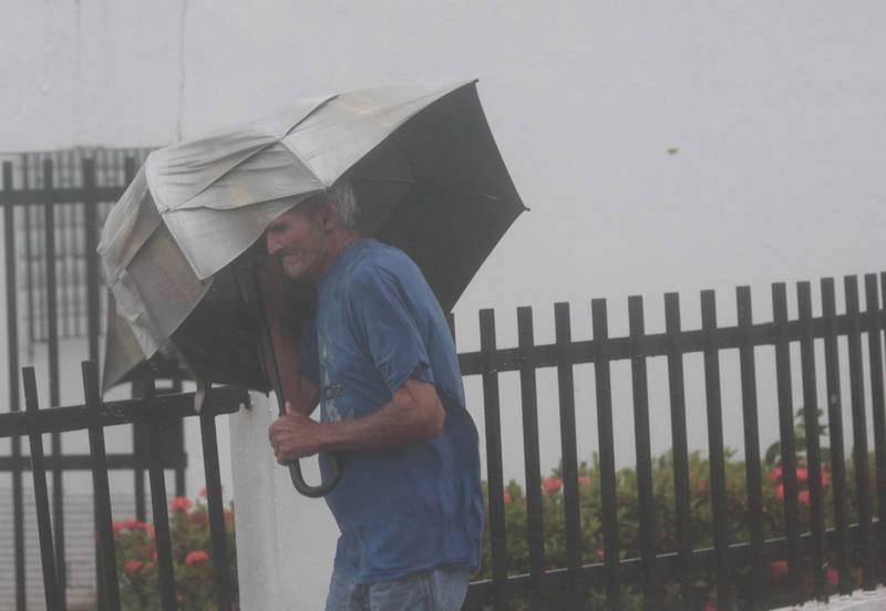 Un hombre se protege del viento durante el paso de Irma por Puerto Rico