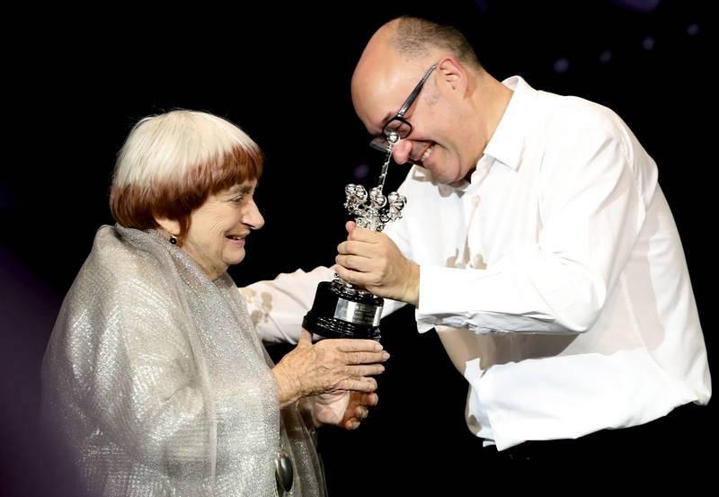 La directora belga Agnes Varda, pionera del cine feminista y superviviente de la Nouvelle Vague, recibe el Premio Donostia de manos del director del festival, Jose Luis Rebordinos