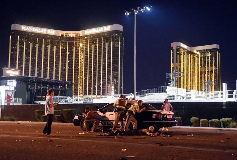La policía trata de abatir al autor del tiroteo en un festival en el hotel Mandalay Bay de Las Vegas.