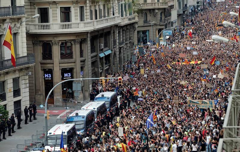 Cientos de personas se concentran ante la Jefatura Superior de la Policía Nacional en Barcelona
