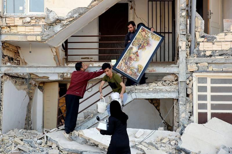 Afectados por el terremoto rescatan sus pertenencias