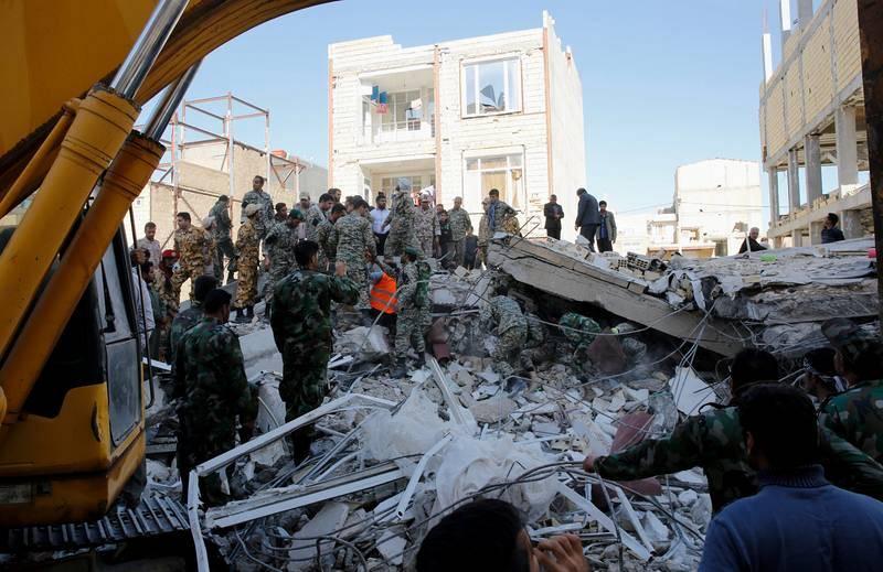 Equipos de rescate realizan labores de búsqueda entre restos de edificios de Sarpul Zahab