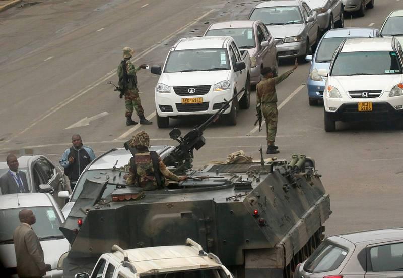Vehículos militares en las calles de Harare, la capital de Zimbabue