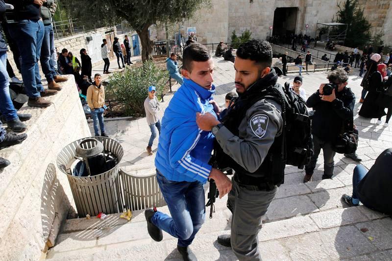 Un policía israelí forcejea con un palestino junto a la Puerta de Damasco en la Ciudad Vieja de Jerusalén