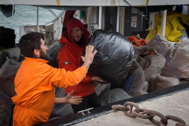 Mantas, comida, agua y medicamentos para los refugiados rescatados