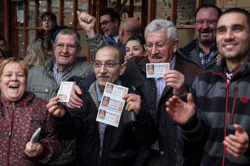 Clientes y dueños del Bar Ziortza en Bilbao, donde se han repartido más de 25 millones