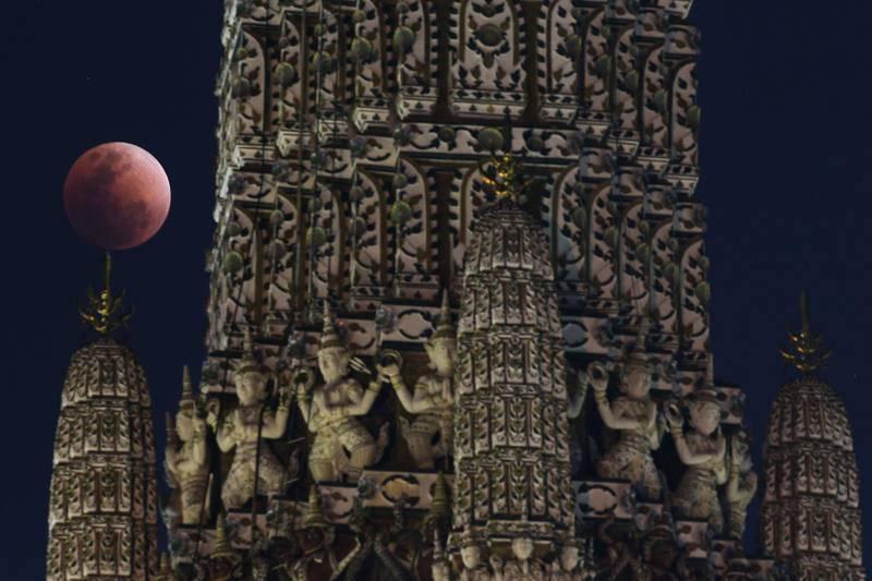 La superluna azul de sangre, vista durante el eclipse en un templo de Bangkok, Tailandia.